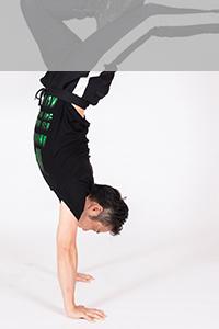 アクロバットを踊っている写真